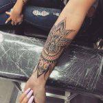 Beau tattoo fille mandala avant bras