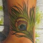 exemple tatouage cheville femme belle plume de paon