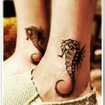 exemple tatouage hippocampes sur chaque cheville femme