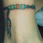 exemple tatouage indien coloré cheville femme