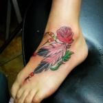 exemple tatouage indien pied et cheville femme plumes rose rouge et perles