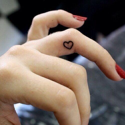 exemple tatouage interieur du doigt femme coeur annulaire