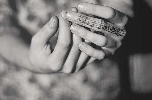 exemple tatouage sur doigt femme portee musicale et cle de sol