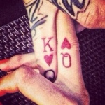 exemple tatouage sur les doigts femme carte de coeur dame et roi