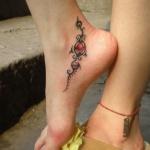 idee tattoo arabesques rubis sous la cheville