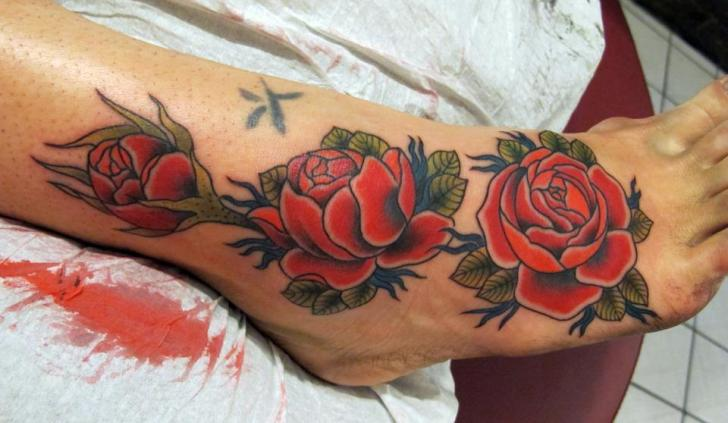 Idee tattoo cheville jambe et pied 3 roses rouges - Tatouage rose cheville ...