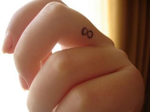 idee tattoo doigt signe infini