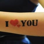 modele tatouage bras discret i love you avec deux coeurs rouges