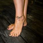 modele tatouage cheville bracelet simple et noeud