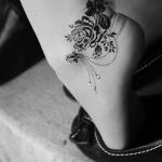 modele tatouage cheville rose fleurs et feuilles
