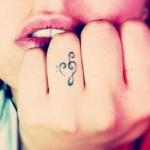 modele tatouage doigt symbole musical sur annulaire premiere phalange