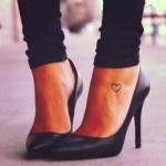 modele tout petit tatouage cheville pied contour coeur