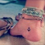 photo petit tattoo feminin cheville ancre marine
