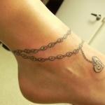 photo tattoo feminin cheville chapelet