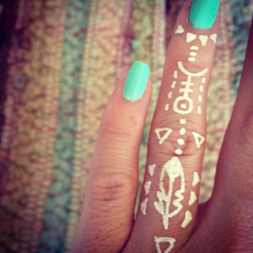 photo tattoo feminin doigt maori encre blanche esprit tribal