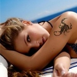 photo tattoo feminin scorpion haut du bras