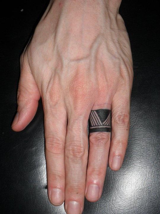 tatouage bague maori sur annulaire bien large