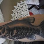 tatouage bras feminin poisson carpe koi