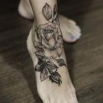 tatouage cheville feminin belle grande rose ouverte avec feuilles