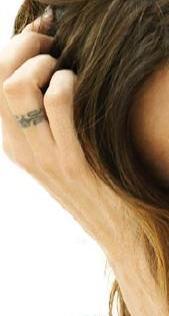tatouage doigt annulaire bague zazie