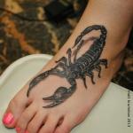 tatouage femme 3d scorpion qui recouvre le pied