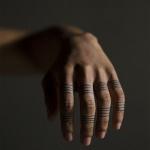 tatouage femme 5 doigts anneaux fins maori