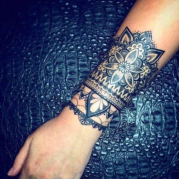 tatouage femme avant bras mandala effet bracelet large tatouage femme. Black Bedroom Furniture Sets. Home Design Ideas