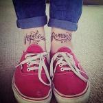 tatouage femme cheville ecriture mots anglais hopeless romantic