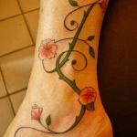 tatouage femme cheville tige avec petites fleurs en boutons et ecloses