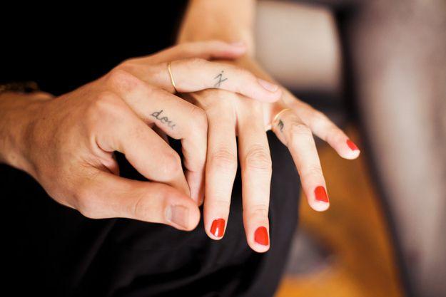 tatouage femme doigt initiales et prenom