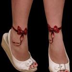 tatouage femme noeud rouge sur chaque cheville