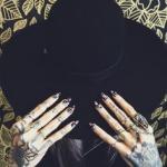 tatouage scorpion fille recouvrant la main droite