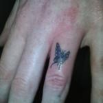 tatouage doigt feminin papillon