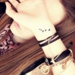 exemple tatouage interieur poignet femme envol de 5 oiseaux