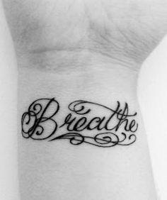 exemple tatouage interieur poignet femme  mot anglais en calligraphie