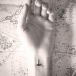 petit tatouage poignet femme discret bateau a voile