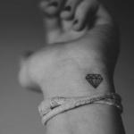 photo petit tattoo feminin poignet diamant