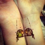 photo tattoo feminin 2 poignets perroquets