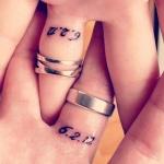 photo tattoo feminin ecriture date de mariage sous bague alliance