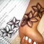 photo tattoo feminin poignet 2 fleurs de lys