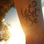 photo tattoo feminin poignet phrase let it be sur 2 lignes