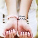 photo tattoo feminin poignet phrase sur 2 lignes