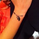 tatouage feminin bracelet plume pendentif