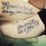 tatouage femme phrase belle ecriture sur les bras