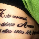 tatouage femme phrase cotes et dos