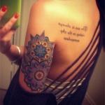 tatouage femme phrase courte omoplate