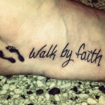 tatouage femme phrase sur le pied texte en anglais