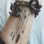tatouage interieur poignet femme 4 fleches