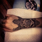 tattoo poignet et main tres large mandala