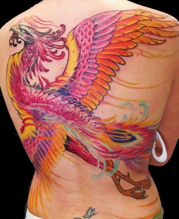 exemple tatouage phoenix femme dos ailes deployees